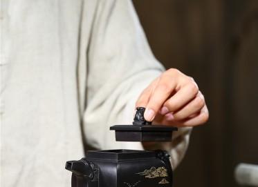 白洪欣紫砂壶作品 原矿底槽清龙行四方壶 350CC 助理工艺美术师 白洪欣紫砂壶价格,多少钱
