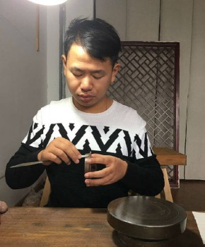 紫砂壶工艺师钱浩名家照片