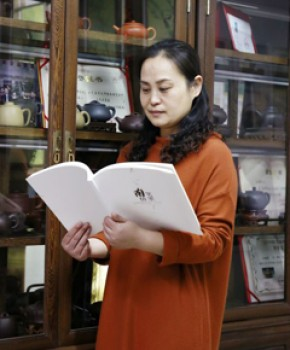 紫砂壶工艺师汪梅芳名家照片