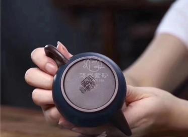 周庚大紫砂壶作品|原矿紫泥玉兔壶180CC全手工真品价值