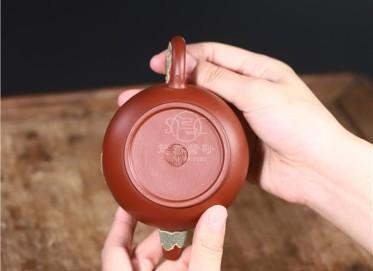 陈芳紫砂壶作品|原矿大红袍莲年有鱼壶220CC手工正品价位