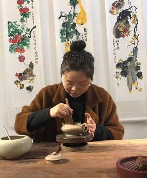 紫砂壶工艺师殷莉群名家照片