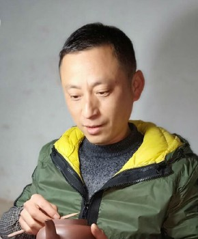 紫砂壶工艺师勇海明名家照片
