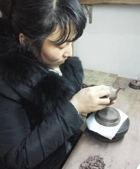 紫砂壶工艺师邹雪英名家照片