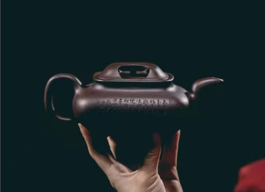 牟锦芬紫砂壶作品 原矿紫泥四方牛盖壶400CC全手工真品价值