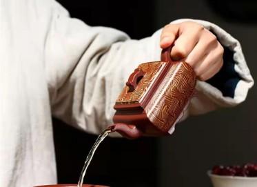 秦国萍紫砂壶作品|原矿红皮龙四面来财套组壶230CC手工真品价格