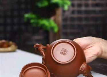 刘莹紫砂壶作品|原矿底槽清寿桃报春壶450CC全手工真品价位