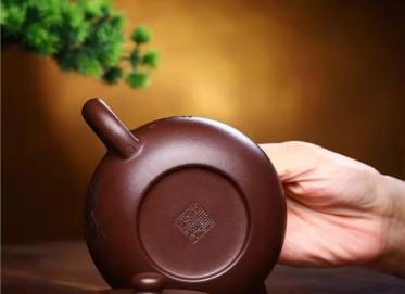 何其仙紫砂壶作品|紫茄泥扁腹壶260CC纯手工正品价格