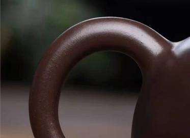 王玉芳紫砂壶作品|紫茄泥三足乳钉壶400CC手制正品价值