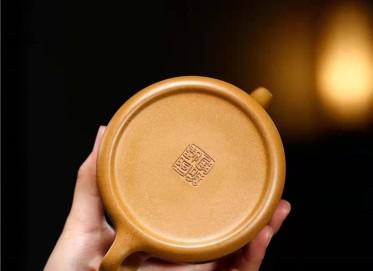 储国峰紫砂壶作品|原矿黄金段泥五牛图壶260CC全手工真品价位