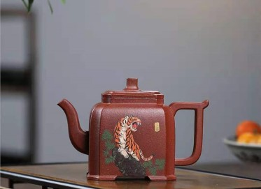 朱新南紫砂壶作品|原矿降坡泥抽角高方壶400CC手制真品价位