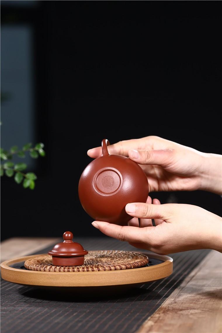 吴暗华作品 掇球